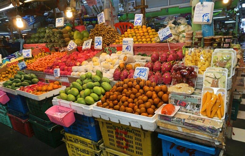 新鲜水果报亭背景卖在新鲜市场上的在泰国 品种在超级市场的热带水果立场的图象 库存图片