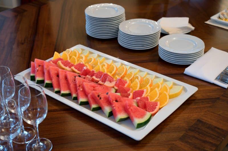 新鲜水果板材,公共饮食商业 免版税库存图片