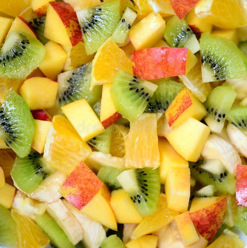 新鲜水果沙拉的顶视图用香蕉猕猴桃桔子和桃子 免版税库存图片