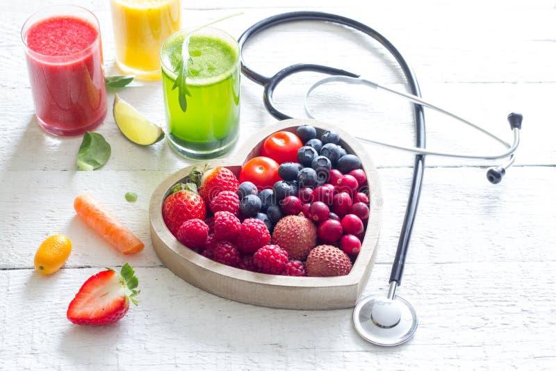 新鲜水果菜和心脏形状以听诊器健康节食概念 免版税图库摄影