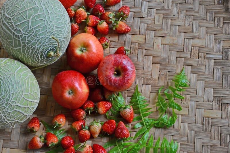 新鲜水果顶视图在被编织的竹地板上的 免版税库存图片