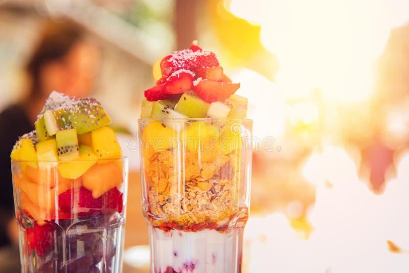 新鲜水果鸡尾酒切得很细的橙色切片,草莓,猕猴桃,酸奶,燕麦粥 概念健康刷新和 免版税库存图片