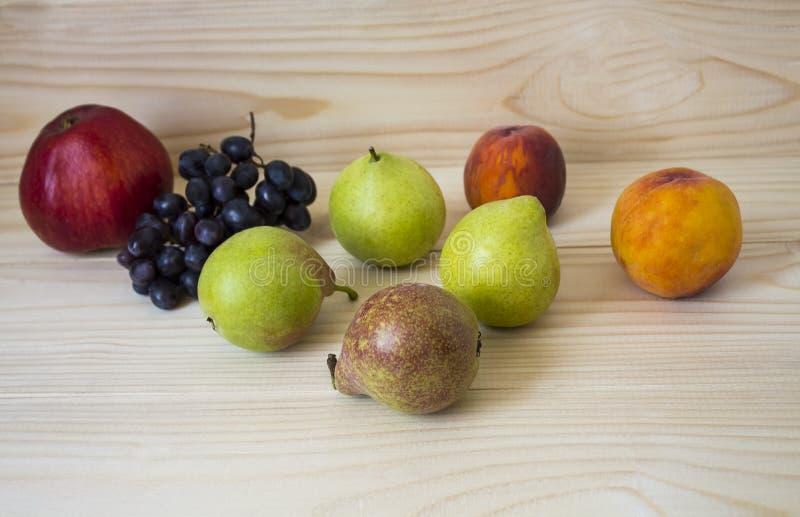 新鲜水果 健康的食物 混杂的果子是葡萄,梨,桃子 吃,节食,象果子 免版税库存图片