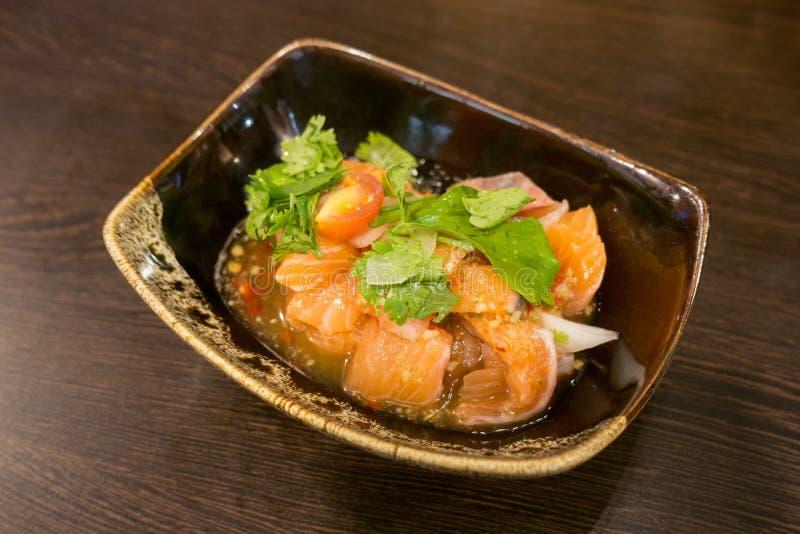 新鲜的三文鱼内圆角的可口部分用芳香草本、香料和菜-健康食物,饮食或烹调概念 免版税库存图片