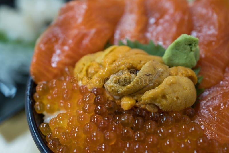 新鲜的三文鱼和海胆饭碗 免版税库存图片