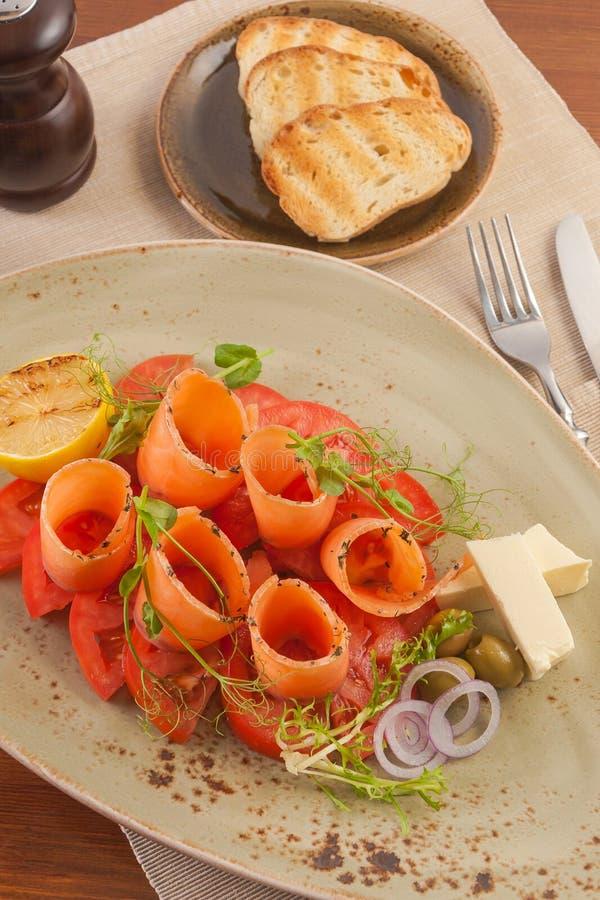 新鲜的三文鱼多士和蕃茄和黄油和葱 库存图片