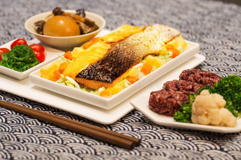 新鲜的三文鱼用米和鸡蛋在bento箱子 图库摄影