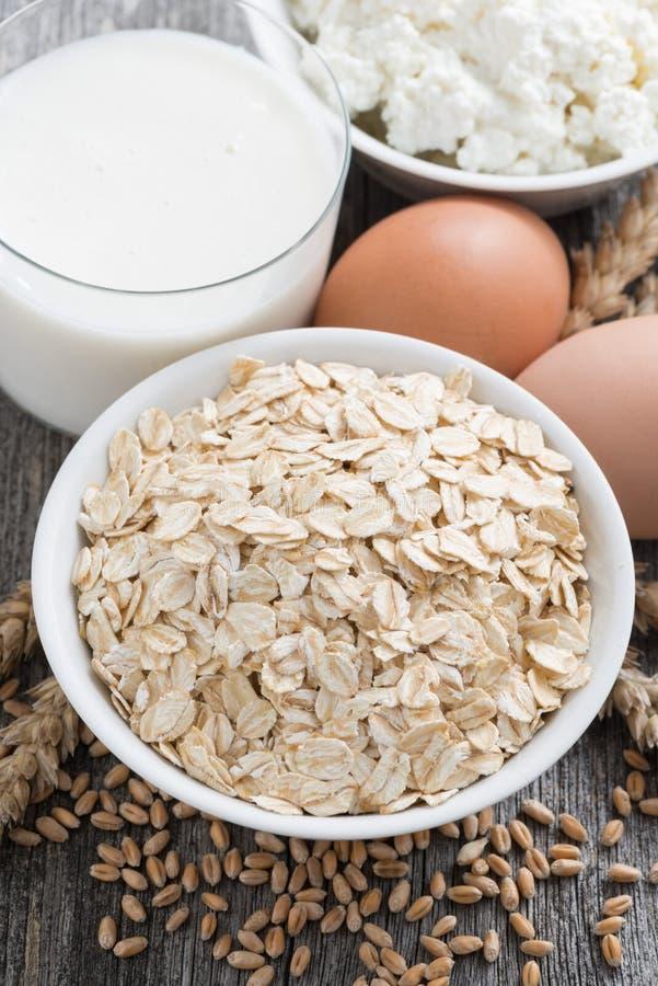 新鲜的产品-燕麦粥、鸡蛋、酸奶干酪和牛奶,特写镜头 库存图片