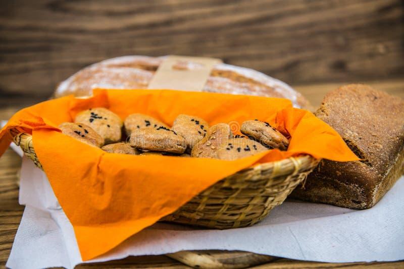 新鲜的传统家庭焙制的全麦面包小圆面包 免版税图库摄影