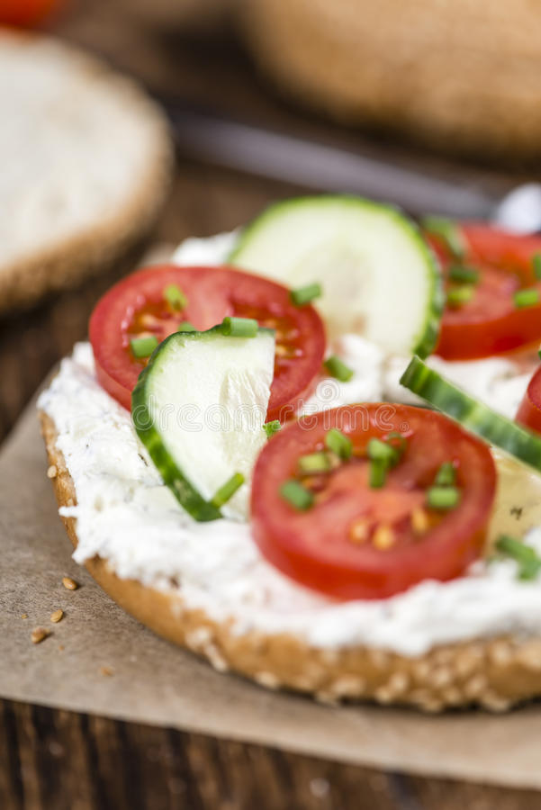 Download 新鲜的做的乳脂干酪百吉卷 库存照片. 图片 包括有 可口, 午餐, 谷物, 干酪, 部分, 生气勃勃, browne - 72373826