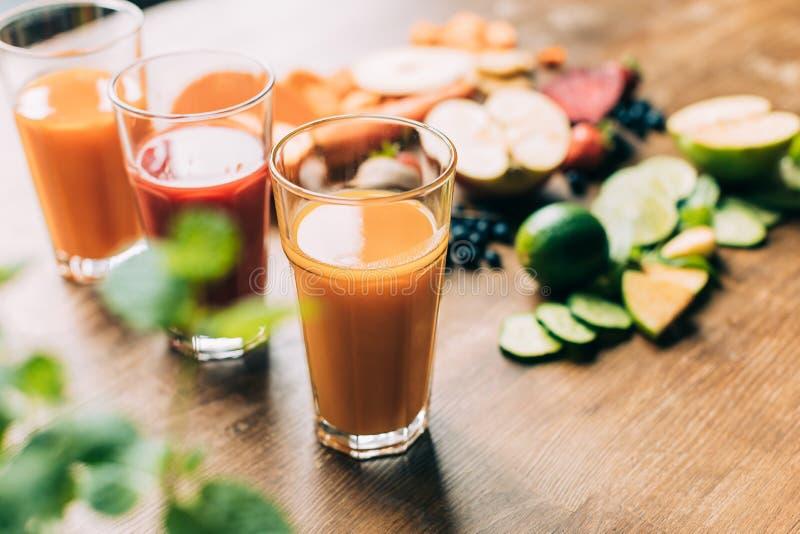 新鲜的健康水果和蔬菜圆滑的人特写镜头视图在玻璃的 免版税库存图片