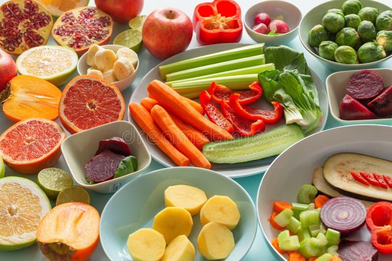 新鲜的健康菜和果子在蓝色淡色背景 库存图片