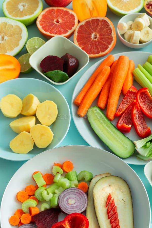 新鲜的健康菜和果子在蓝色淡色背景 免版税库存图片