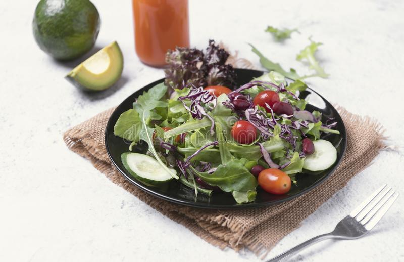 新鲜的健康菜沙拉用蕃茄,黄瓜,菠菜,在板材的莴苣在桌背景 库存照片
