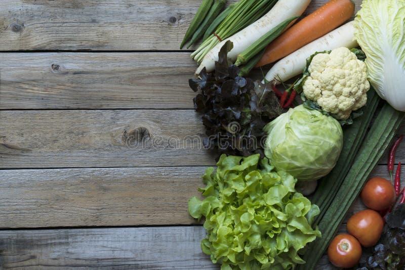新鲜的农夫从上面销售水果和蔬菜与拷贝sp 免版税库存照片
