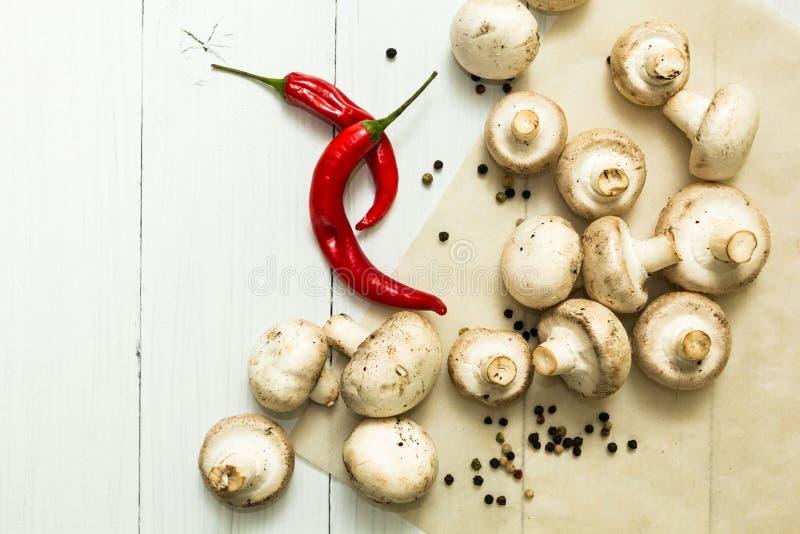 新鲜的农夫等概率圆和红辣椒在白色桌,有机食品上 库存图片