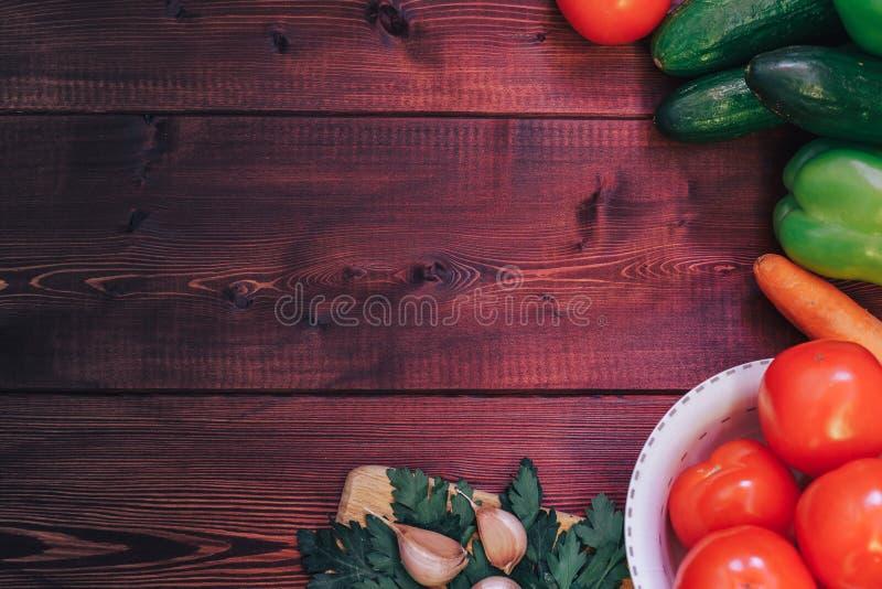 新鲜的农夫菜从上面与在木背景的拷贝空间 库存照片