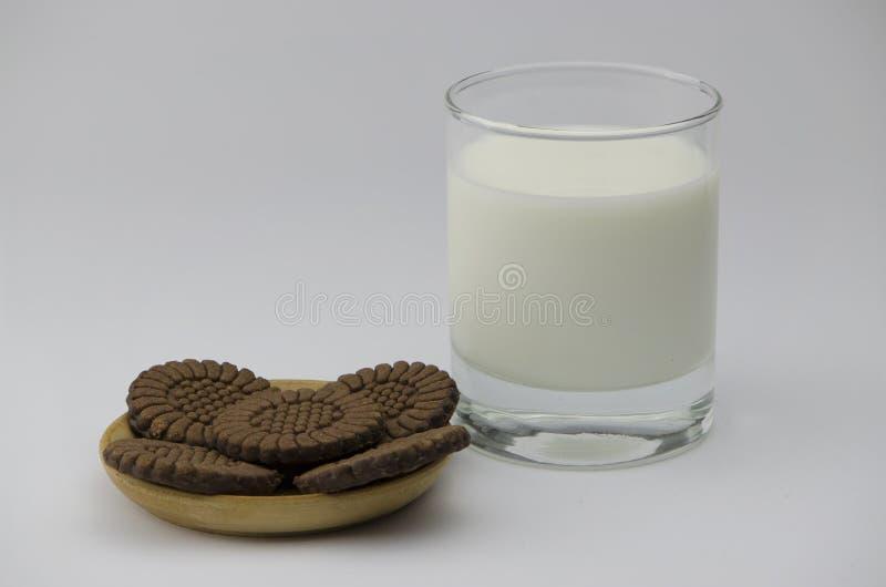 新鲜的冷的牛奶和饼干 免版税库存图片