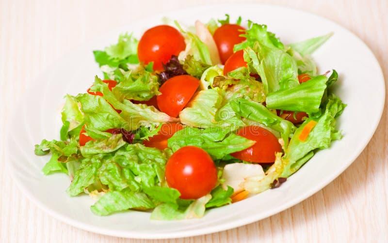 新鲜的凉拌生菜叶子用西红柿 图库摄影