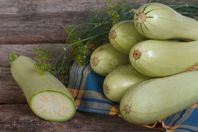 新鲜的切的夏南瓜和莳萝在餐巾 免版税图库摄影