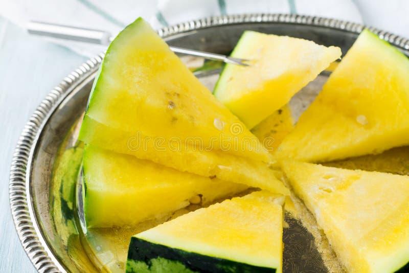 新鲜的切的西瓜在铁盘子片 选择聚焦 图库摄影
