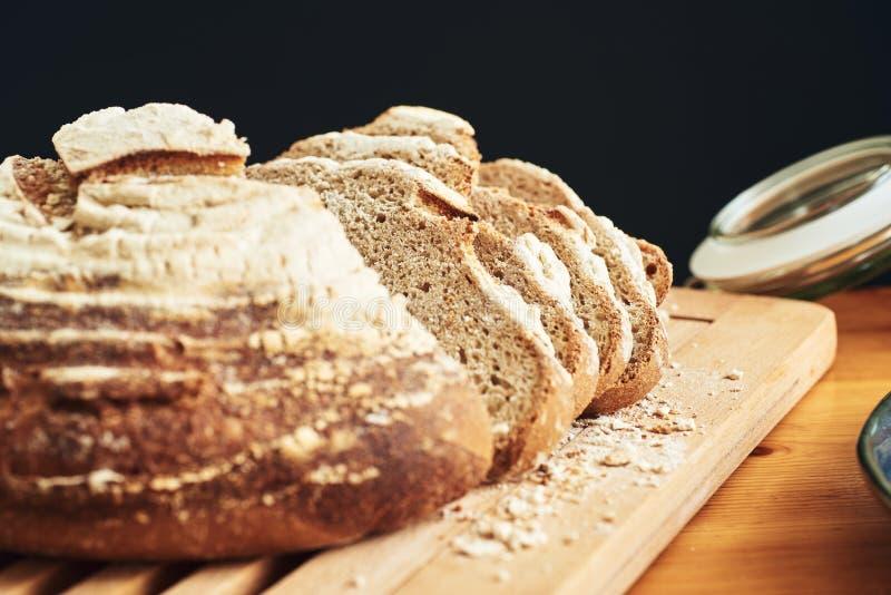 新鲜的切的面包大面包在面包板的 免版税库存照片