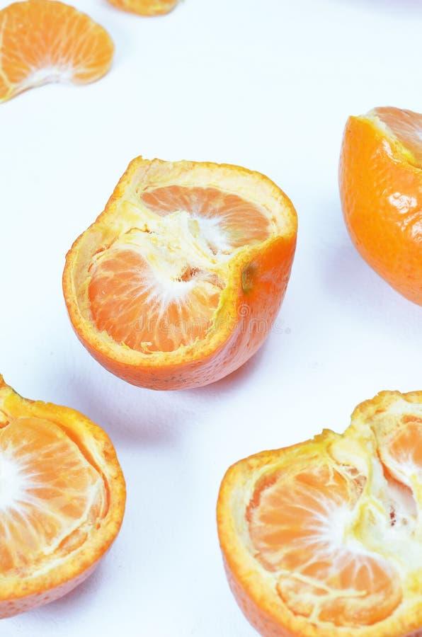 新鲜的半被切的桔子平的位置  免版税库存照片