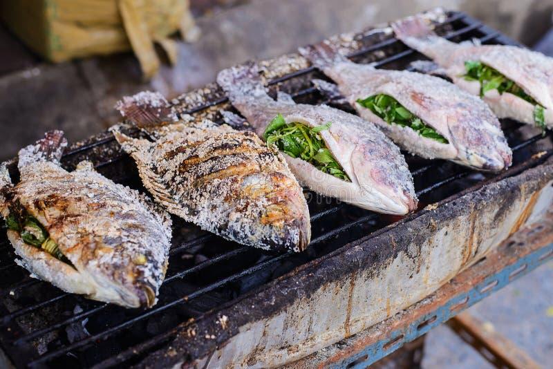 新鲜的可口盐在街市上用硬皮覆盖了烤鱼 免版税库存照片