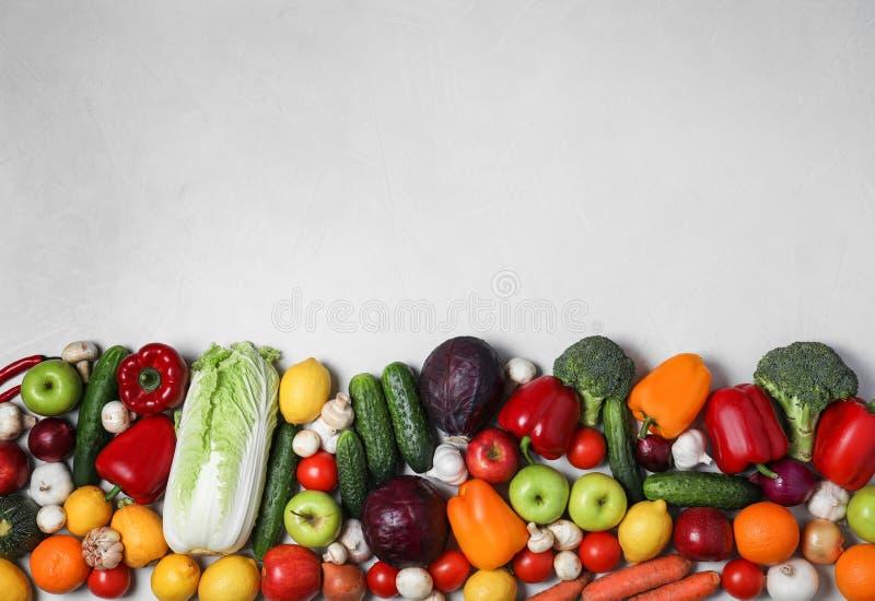 新鲜的可口蔬菜和水果品种在桌,平的位置上 库存图片