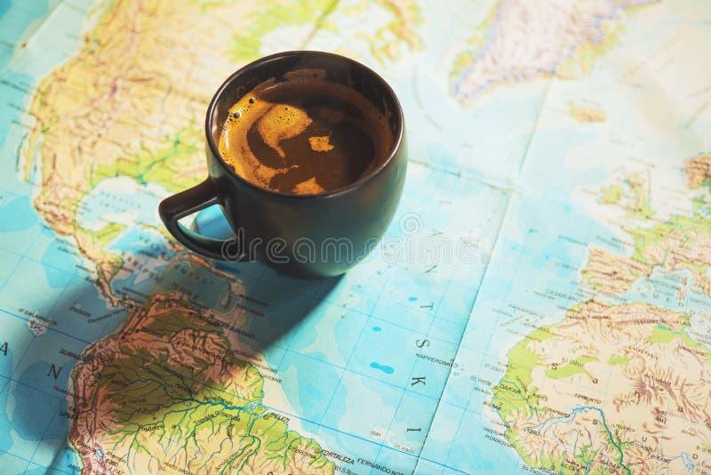 新鲜的咖啡与世界地图的在背景中 库存图片