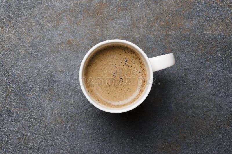 新鲜的咖啡浓咖啡或拿铁顶视图与泡沫的泡沫在灰色桌,空的空间上 免版税库存图片