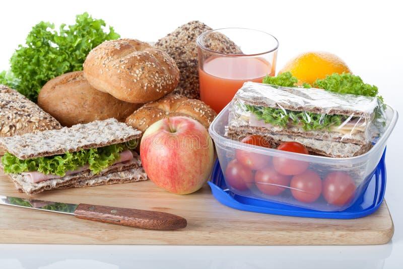 新鲜的嘎吱咬嚼的面包和午餐盒 免版税库存图片