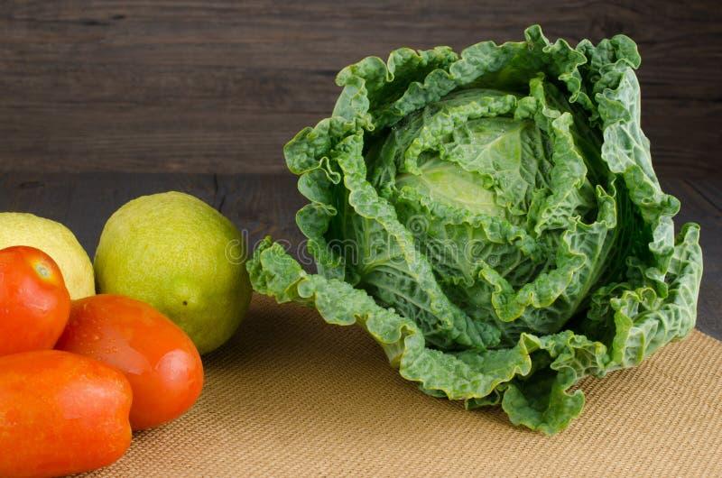 新鲜的圆白菜、蕃茄和柠檬 库存照片
