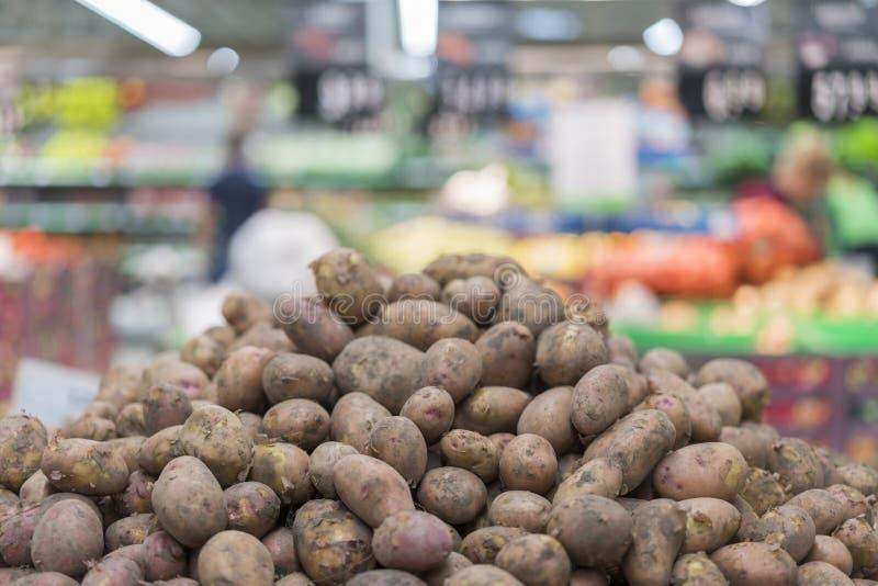 新鲜的土豆在超级市场 有机菜健康生活 免版税库存照片