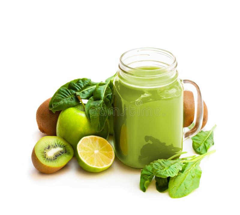 新鲜的在一个玻璃瓶子的圆滑的人用绿色果子和菠菜抢劫 库存照片