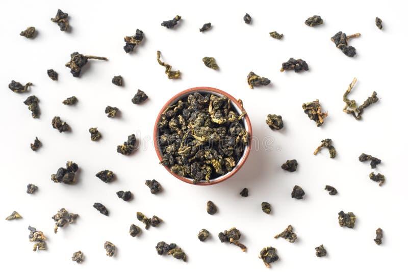 新鲜的在杯子的台湾oolong茶干燥叶子 免版税库存照片