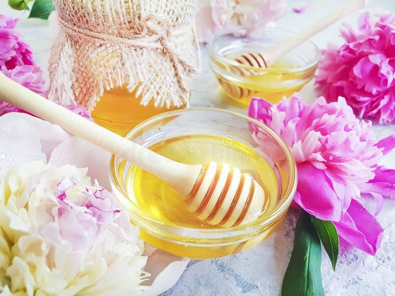 新鲜的在灰色具体背景的蜂蜜鲜美牡丹花点心金黄收获生气勃勃 免版税库存照片