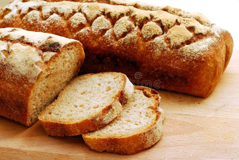 新鲜的在白色背景隔绝的发酵母家制面包 库存图片