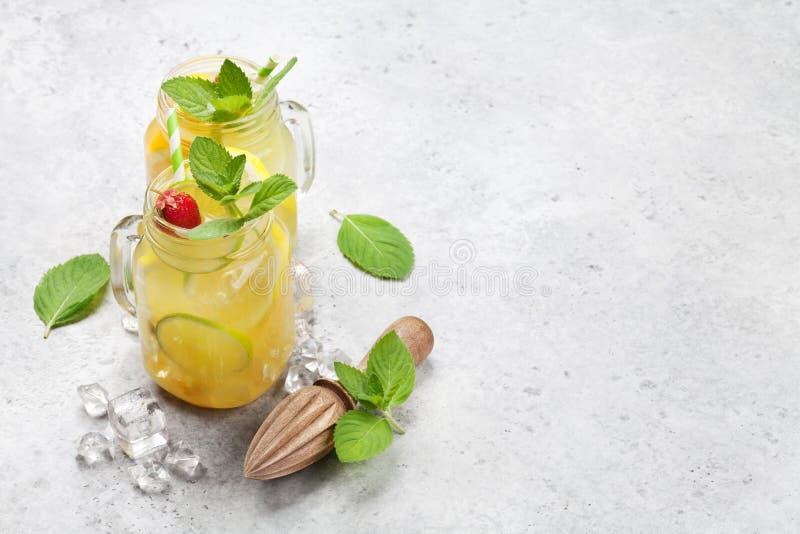新鲜的夏天柠檬水 免版税库存照片