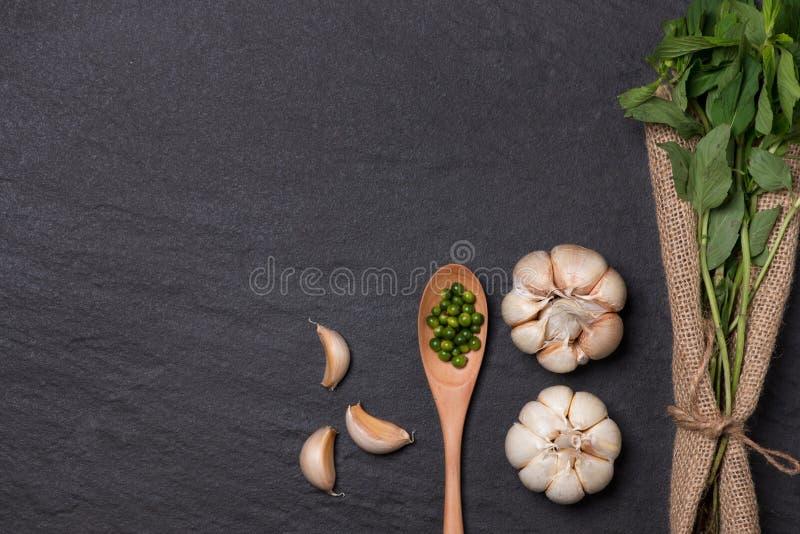 新鲜的大蒜 在黑石桌上的大蒜电灯泡 免版税库存图片