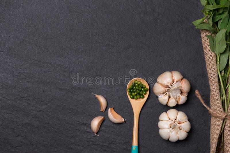 新鲜的大蒜 在黑石桌上的大蒜电灯泡 库存图片