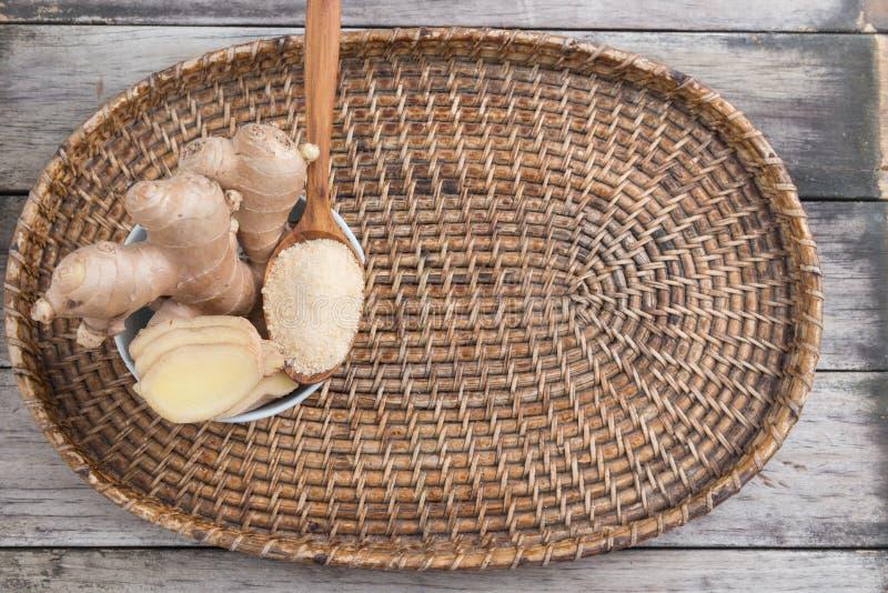 新鲜的姜根和地面姜香料 库存照片