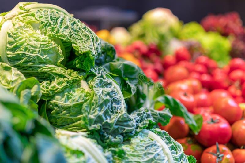 新鲜的嫩卷心菜,莴苣在杂货市场上 明亮的颜色,选择聚焦 库存照片