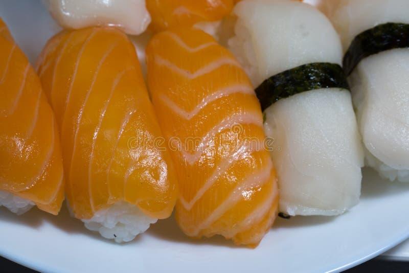 新鲜的寿司、寿司与三文鱼和白鲳的分类 tas 免版税图库摄影