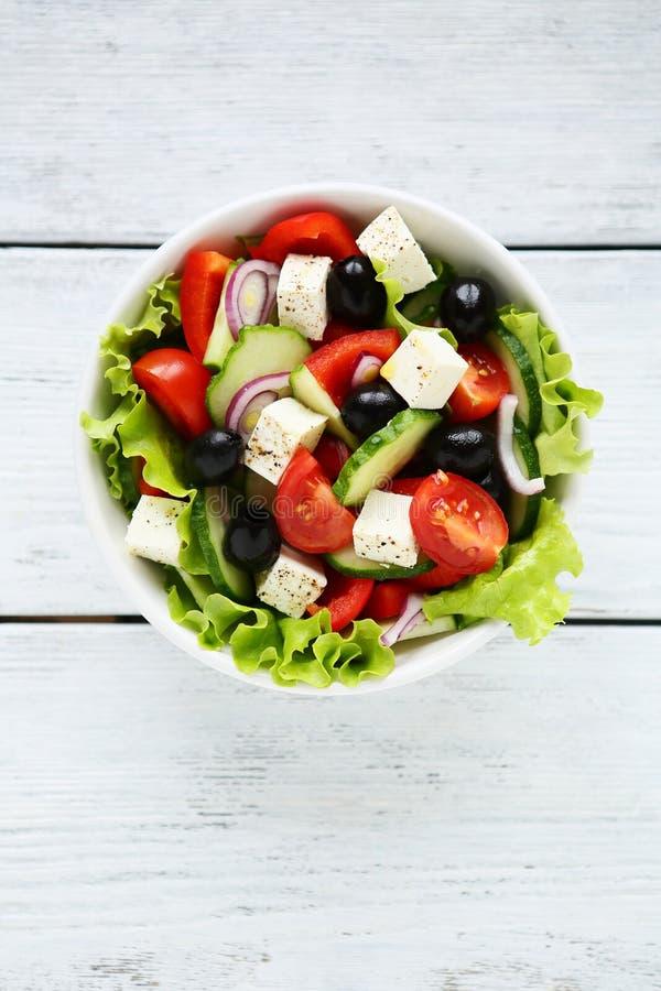 新鲜的希腊在白色碗的沙拉顶视图 免版税库存图片