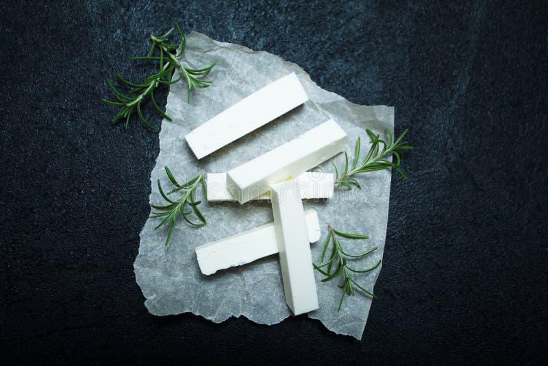 新鲜的希腊白软干酪用在黑葡萄酒背景的迷迭香 库存照片