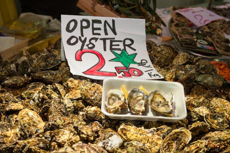 新鲜的开放牡蛎在市场上 库存图片