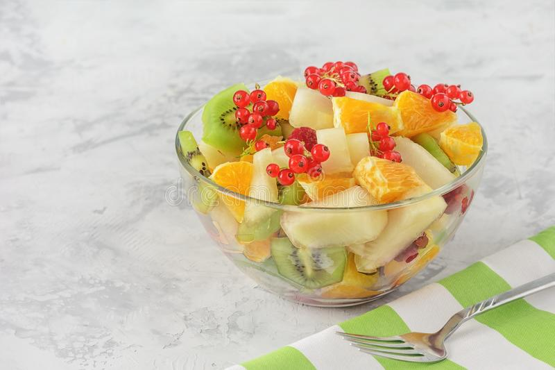 新鲜的快餐剥了被分类的果子莓果色拉盘 库存图片