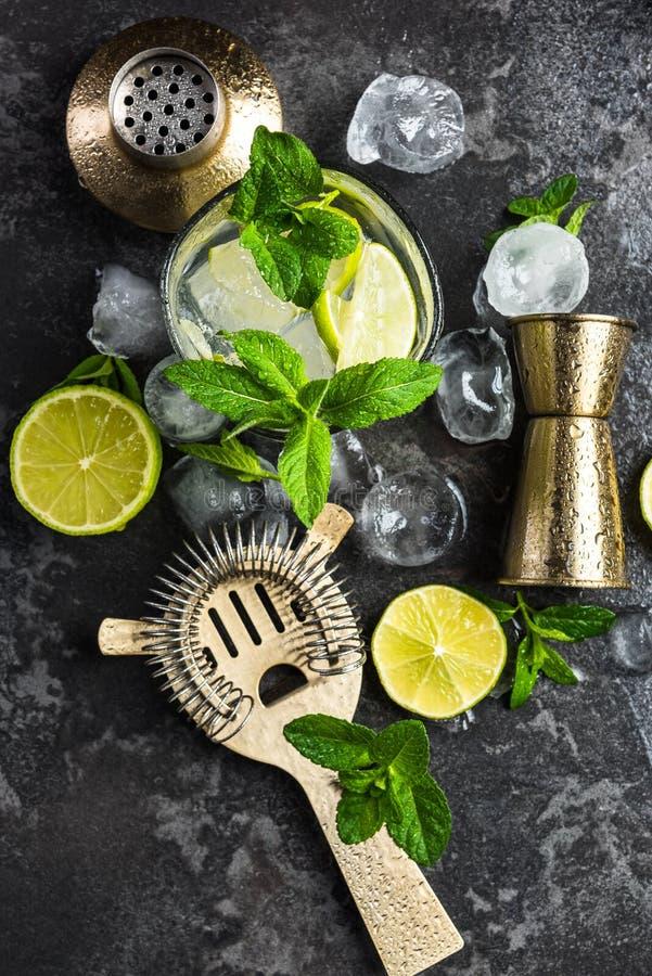 新鲜的成份和工具为做在酒吧的Mojito 库存图片