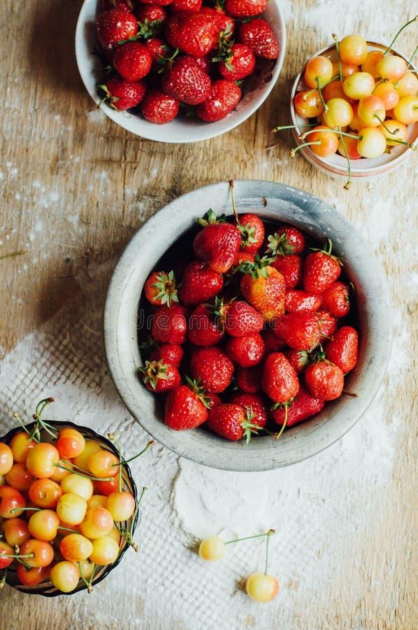 Download 新鲜的成熟在dis计划的草莓和黄色樱桃 库存图片. 图片 包括有 健康, 准备, 自创, 果子, 点心, 烹调 - 72357037